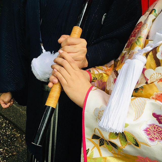 一つの傘の中 添えられる手と手️ 和装前撮り  楽しく撮影しました  パッと見は白っぽい打掛 中は綺麗な  色  #出張着付けヘアメイク名古屋  #出張着付け  #美容師  #着付け師  #ブライダルヘアメイク  #和装  #新郎新婦着付け  #結婚式  #披露宴  #ヘアアレンジ  #入学式着付け  #卒業式着付け  #列席者着付け  #ヘアセット  #着付け清須市  #ヘアメイク清須市  #和み着物塾